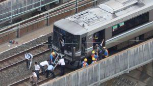 大阪北部地震・電車に閉じ込められた後線路で避難する人々(JR京都線・高槻駅付近)