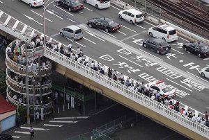 大阪北部地震・徒歩で帰宅する人々(新淀川大橋)
