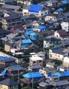大阪北部地震・ブルーシートの目立つ茨木市内