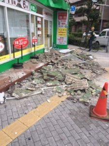 大阪北部地震直後・壁が崩落したクリーニング屋