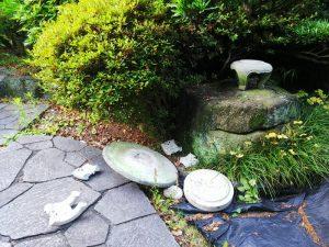 地震直後の庭の灯篭