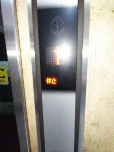 地震直後の事務所エレベーター