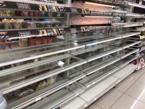 大阪北部地震・食材が無い陳列ケース