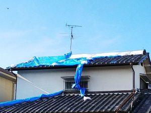 大阪北部地震・震災2か月経過後ブルーシートの張られた家