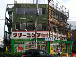 大阪北部地震・タイルが落下したクリーニング店