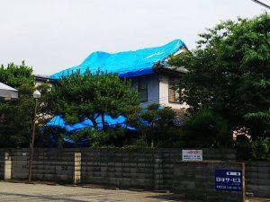 大阪北部地震・ブルーシートが掛けられた家屋