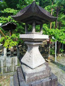 大阪北部地震・茨木神社の歪んだ灯篭
