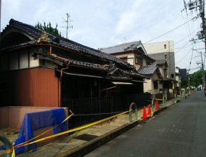 大阪北部地震・安全帯が張られた家屋