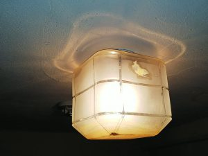 大阪北部地震・事務所洗面所のライト
