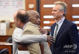 米サンフランシスコの裁判所で判決が下されたあと、弁護士と抱き合う原告のジョンソン氏