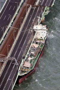 関空大橋に衝突したタンカー