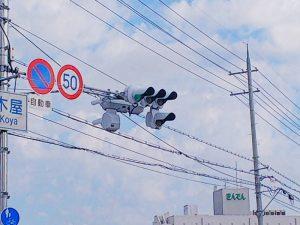 台風21号の影響で90℃回転している信号