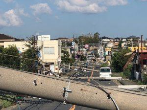 台風21号の影響で倒壊した泉州市の電柱