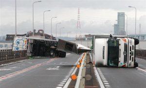 台風21号の影響でトラックが横転した大阪市内の橋の上