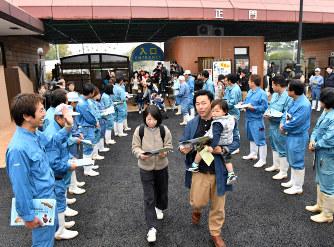 入り口に並んだ職員に出迎えられる来園者たち