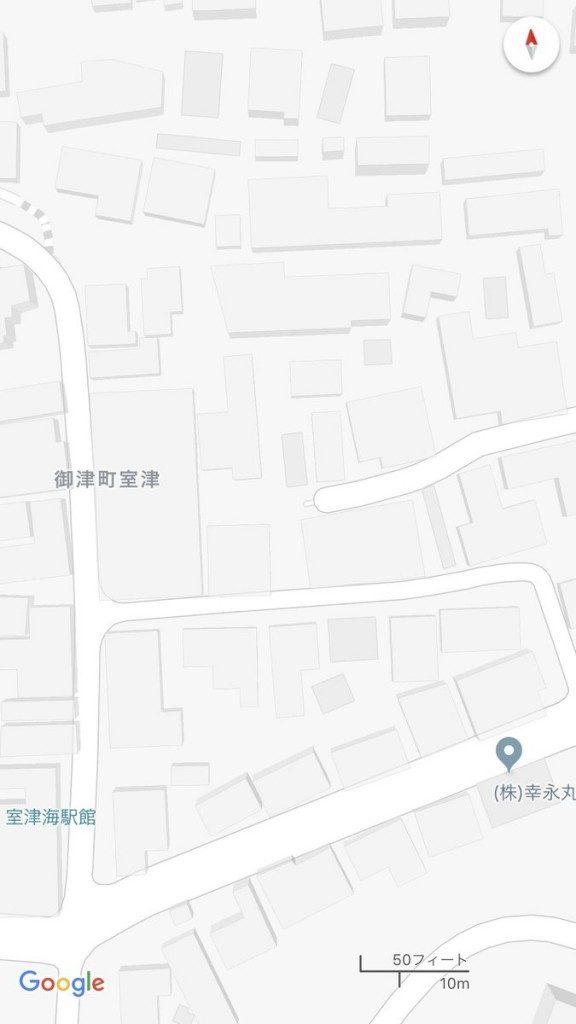 ヤフーマップ(左)と、ゼンリンとの契約を解除したGoogle Map(右)を比較。細い道が驚くほどごっそり省略されている。Google マップ