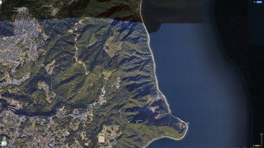 航空写真で山の陰になってる部分を誤認識して謎の湖ができてる。航空写真