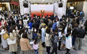 聖火を見るために大勢の人が集まった仙台駅