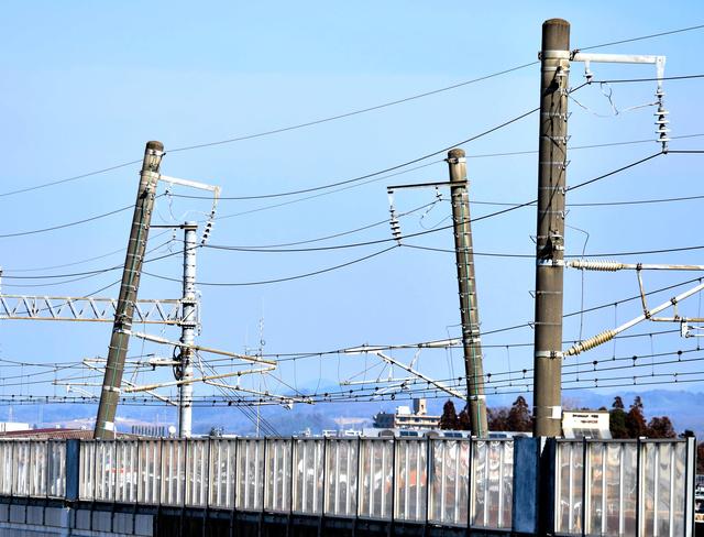 東北新幹線・地震の影響で傾いた架線