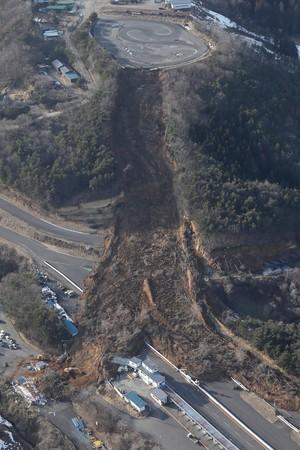 常磐道・地震の影響で土砂崩れを起こした高速道路