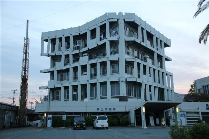 半壊した宇土市役所庁舎