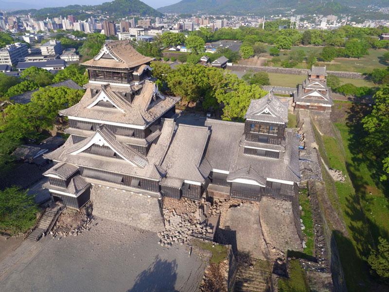大小天守閣の屋根が崩落した熊本城